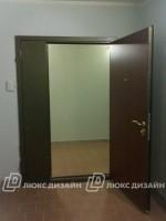 тамбурная дверь на лестничной клетке